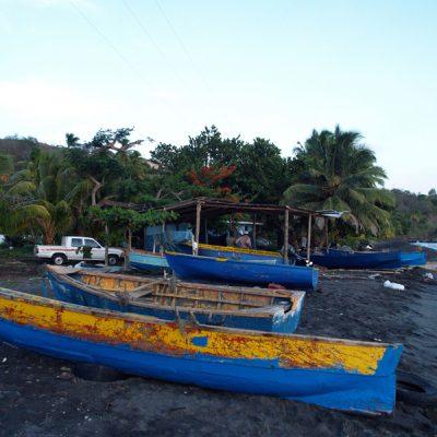 Dominica. Boote am Strand